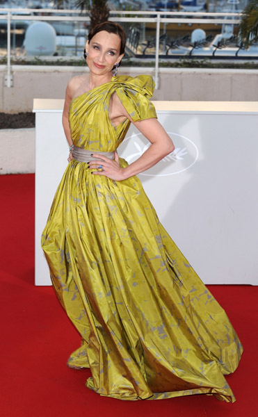 Kristin Scott Thomas knows how to deliver a home run. How amazing is her one-shouldered gown?