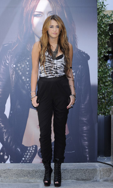 Miley Cyrus looked incredibly cool in a tie-dye Proenza Schouler tank and draped pants while presenting her new album 'Can't Be Tamed' in Madrid.