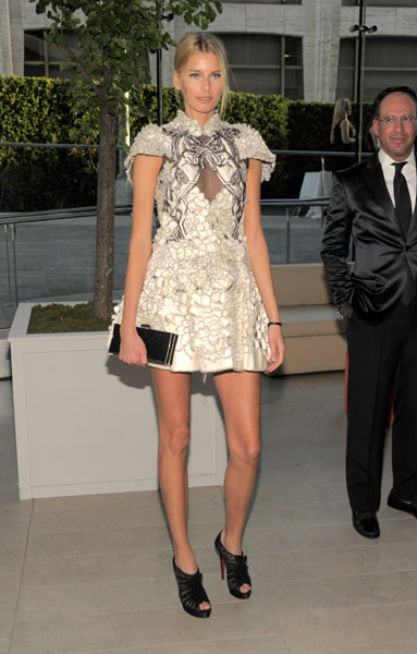 Hana Soukupova showed off them legs in black and white Marchesa.
