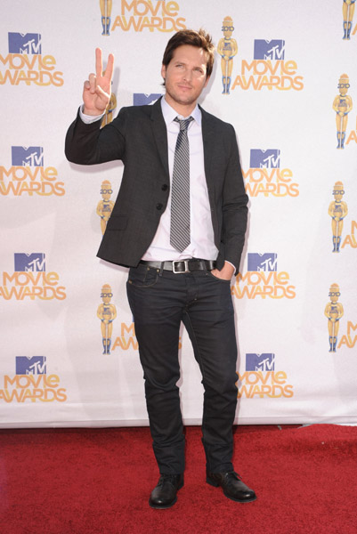 Peter Facinelli is not only handsome, the guy can dress. He digs plaid shirts and jeans, but looks equally good in a tie.