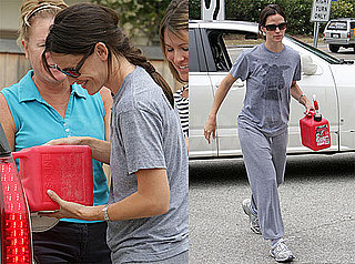 Pictures of Jennifer Garner Helping a Stranded Driver Refuel