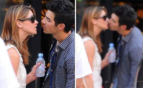 Depois de serem flagrados em cenas megacarinhosas em jogo de softball, cantor e atriz são fotografados aos beijos!