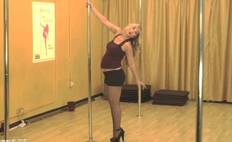 Video of Pregnant Christina Applegate Pole Dancing