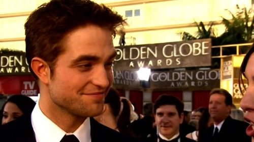 Video of Robert Pattinson on the Red Carpet at the 2011 Golden Globe Awards 2011-01-16 17:43:25