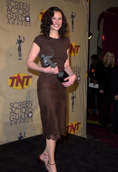 Julia Roberts, true to form, kept things classic in a chocolate-hued sheath at the awards in '01.