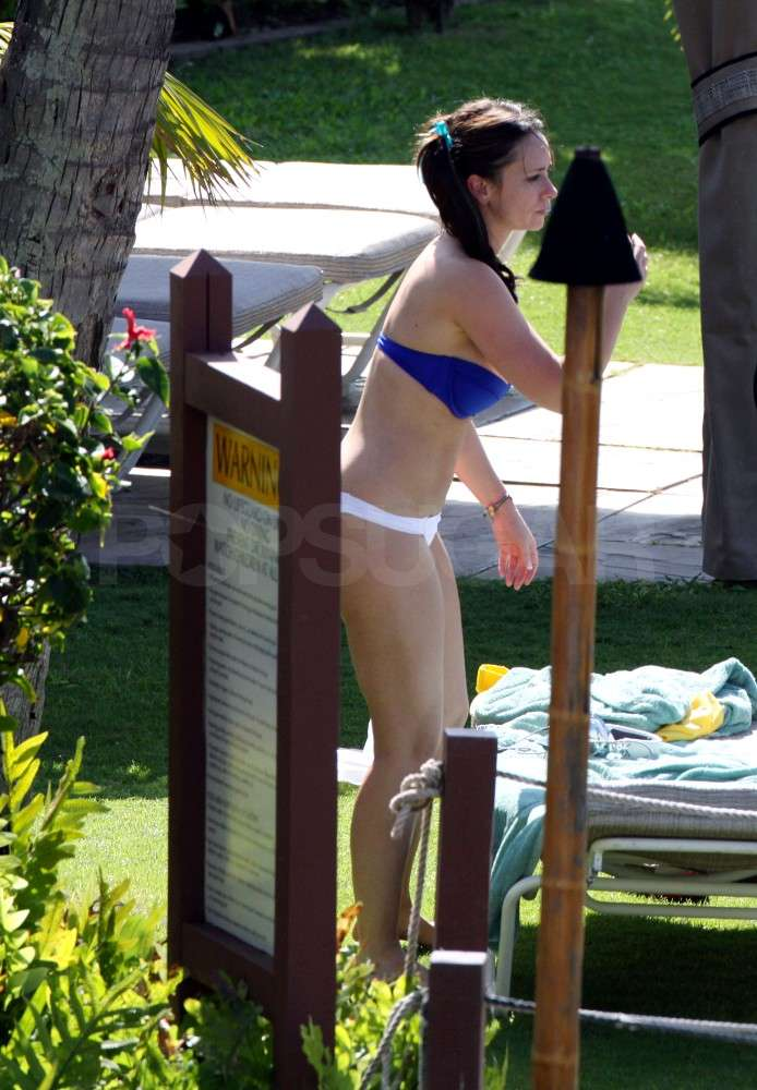 Jennifer Love Hewitt Wraps Up 2010 With Her Bikini and Her Boyfriend in Hawaii