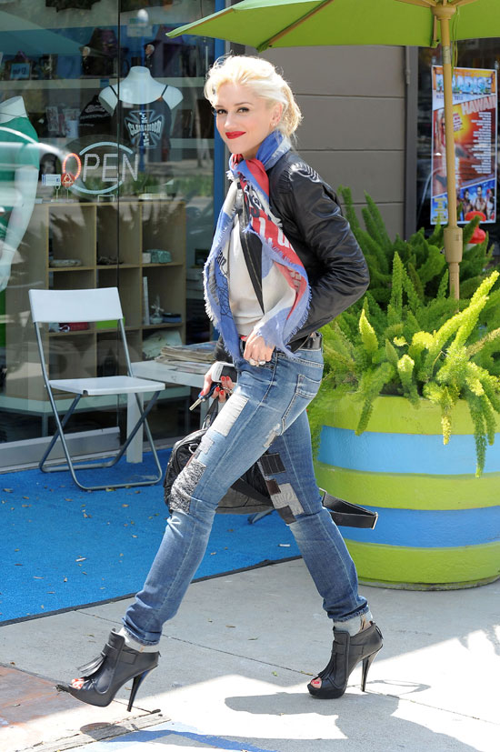 "Online Shopping Comes ""Easy"" For Stylish Gwen Stefani"