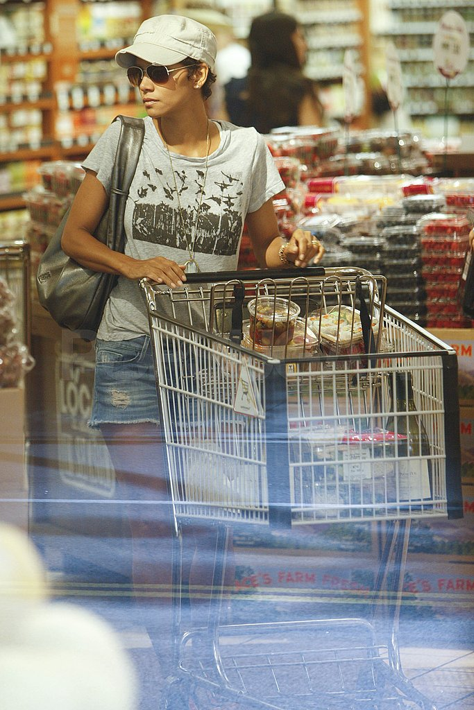 Halle Berry filled her cart with groceries.