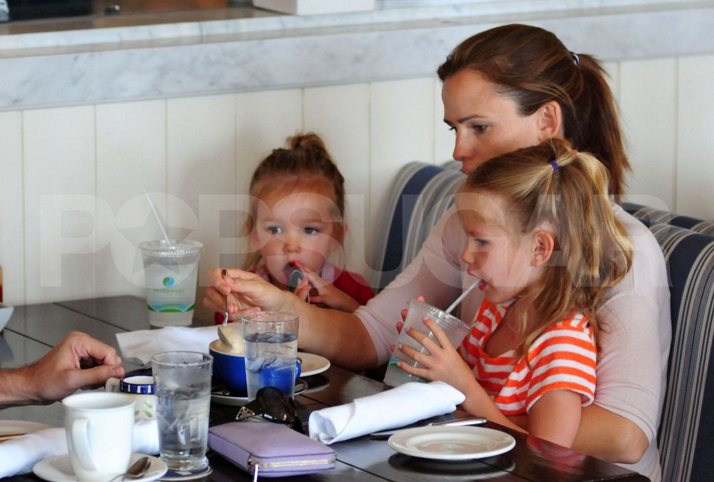 Jennifer Garner has brunch at Shutters with Seraphina and Violet.