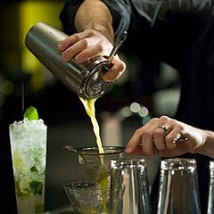 коктейли, бармен, приготовление коктейлей, алкогольные напитки, вечеринка.