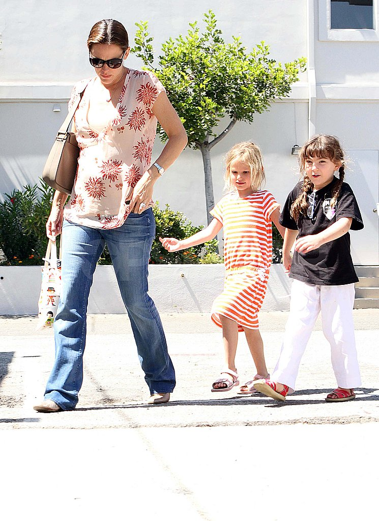 Jennifer Garner pregnant with Violet and a friend.