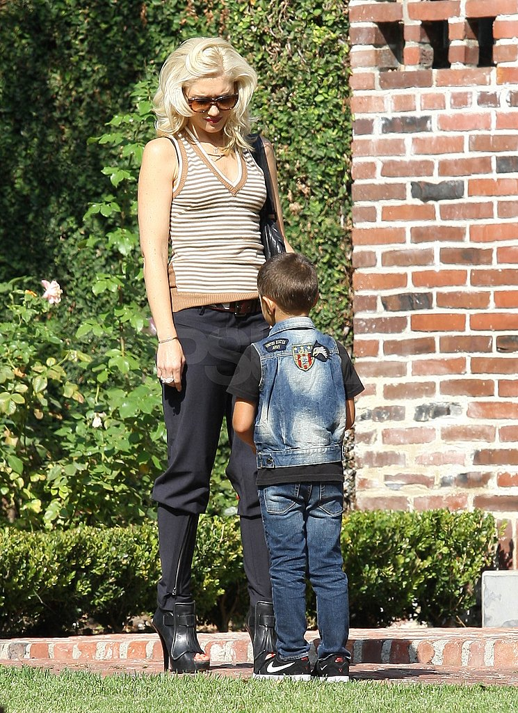Gwen Stefani talks to her son Kingston.