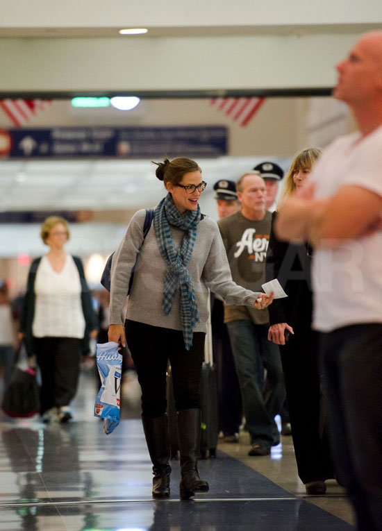 Jennifer Garner smiled while catching a flight out of Los Angeles.
