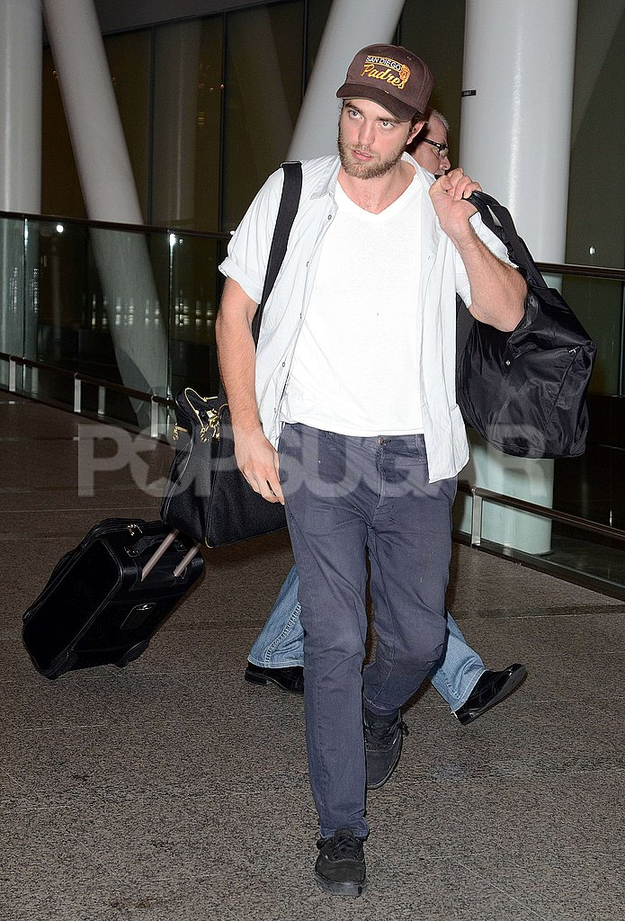 Robert Pattinson carried his bags in the Toronto airport.