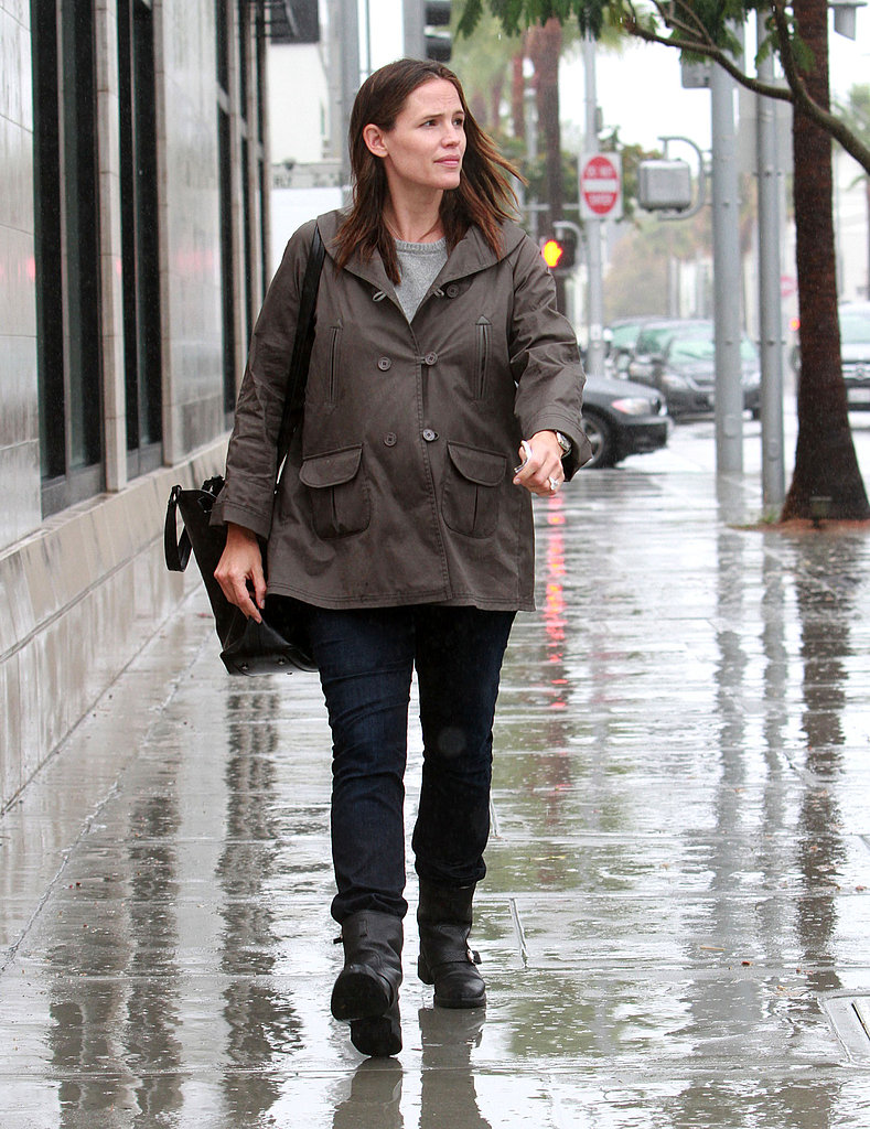 Jennifer Garner walked around LA in the rain.
