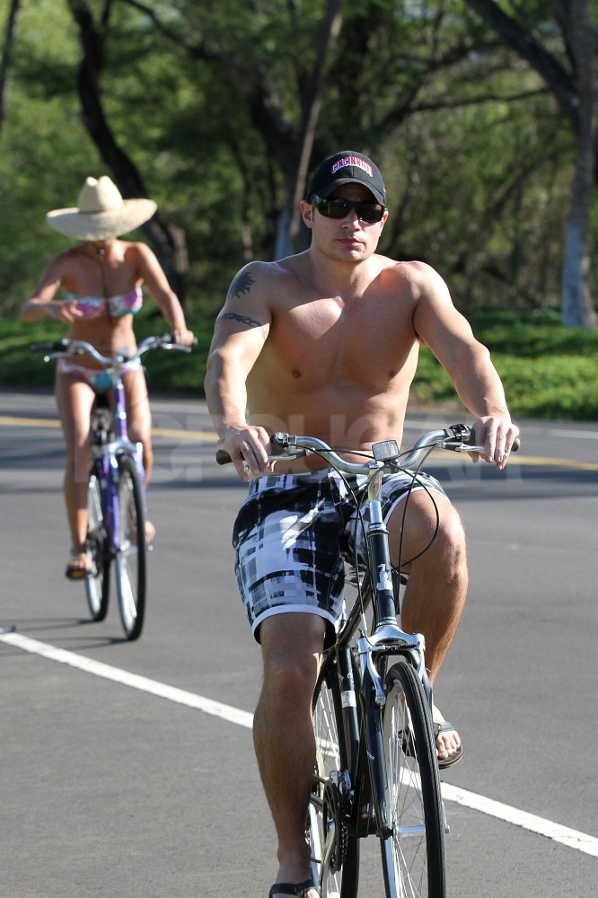 Shirtless Nick Lachey and bikin-clad Vanessa Minnillo kept shaded in hats.