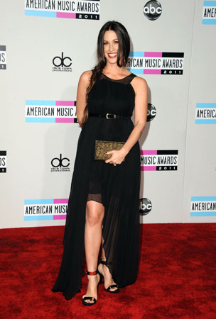 Alanis Morissette looked sleek in a black dress.
