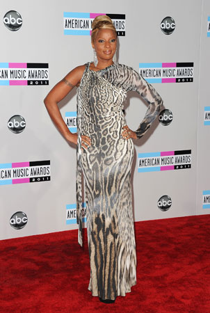 Mary J. Blige walked the red carpet before performing at the award show.