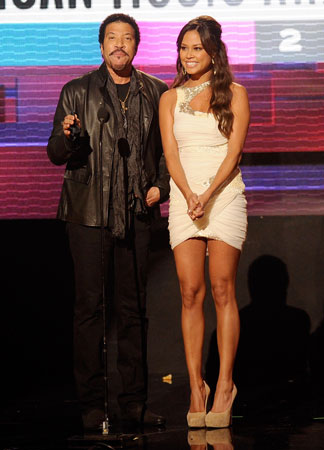 Lionel Richie and Vanessa Minnillo presented an award.