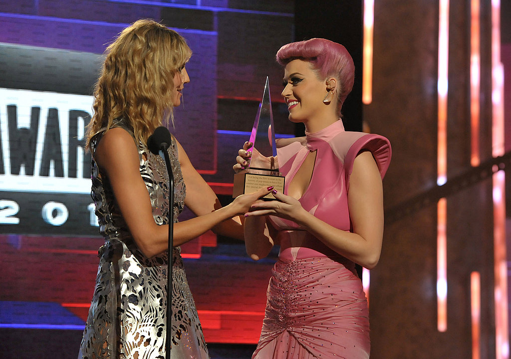 Heidi Klum handed off an American Music Award to Katy Perry.