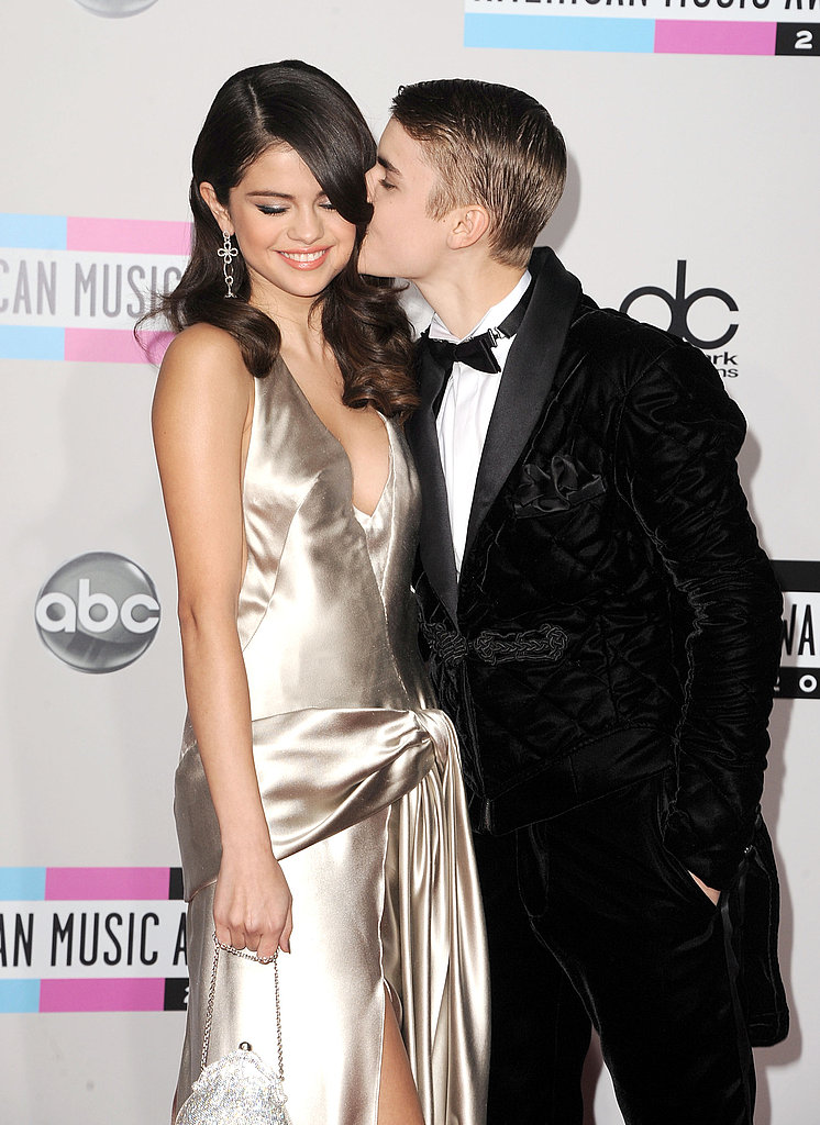 Justin Bieber gave Selena Gomez a kiss at the American Music Awards.