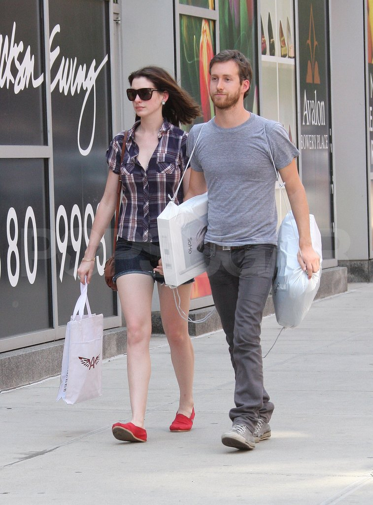 Anne Hathaway shopped at the Apple Store with Adam Shulman in NYC back in April 2009.