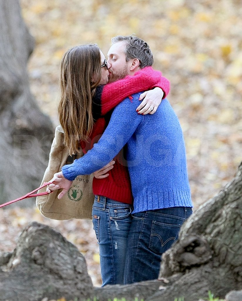 Anne Hathaway and Adam Shulman kissed in NYC.