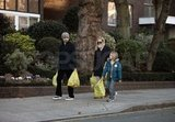 Kate Hudson and Matthew Bellamy with groceries.