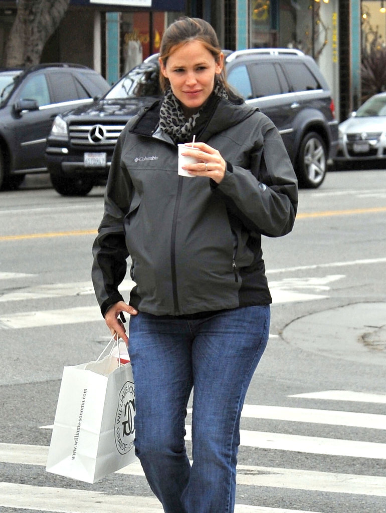 Pregnant Jennifer Garner went holiday shopping.