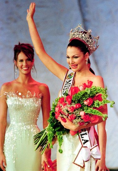 Eva Ekvall is crowned Miss Venezuela in 2000.