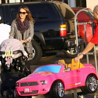 Jessica Alba Street Style: See Her Christmas Shopping Outfit and Xmas Surprise for Daughter Honor!