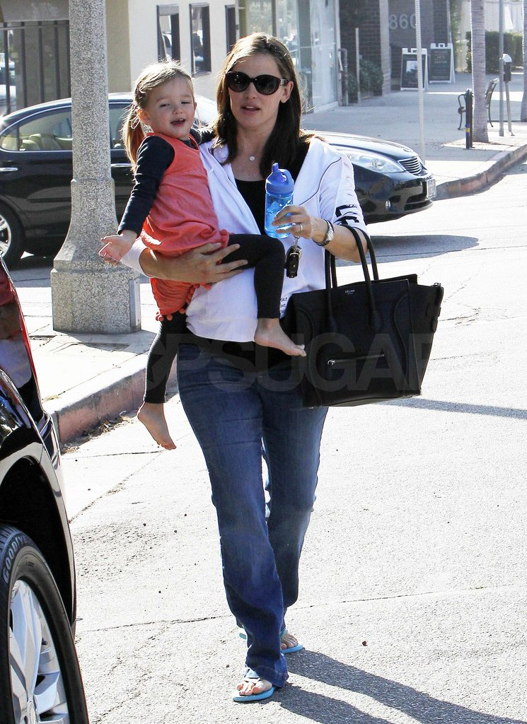 Seraphina Affleck smiled as Jennifer Garner carried her.