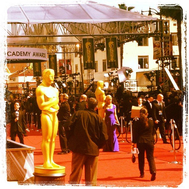 Celebrities started to arrive on the Oscars red carpet.