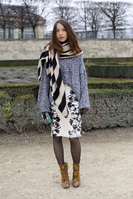 This PFW attendee added a chic touch to her ensemble with a floral-printed pencil skirt. Ladylike yet effortless.