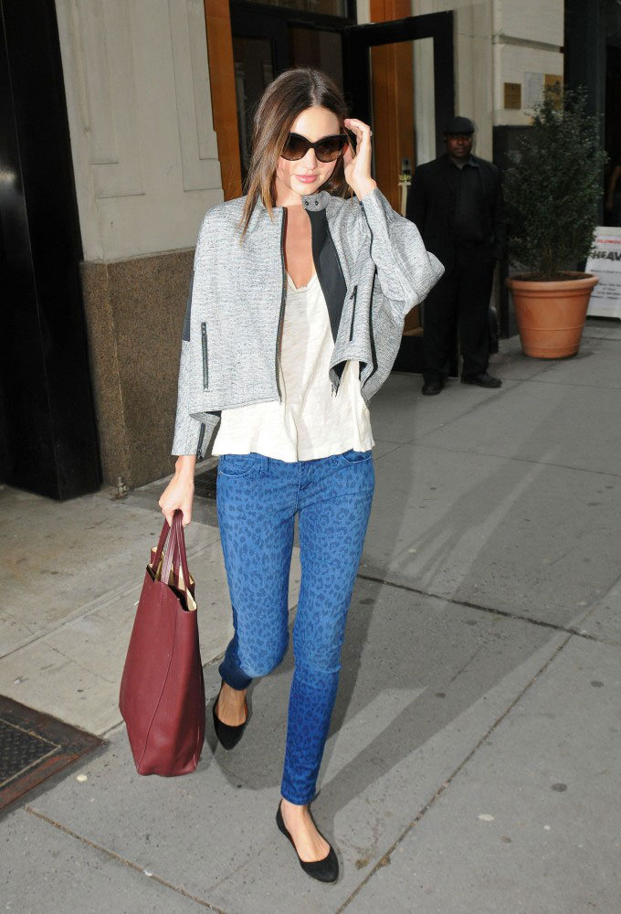 Miranda Kerr outfitted a pair of Current/Elliott printed skinnies with a sophisticated Spring topper.