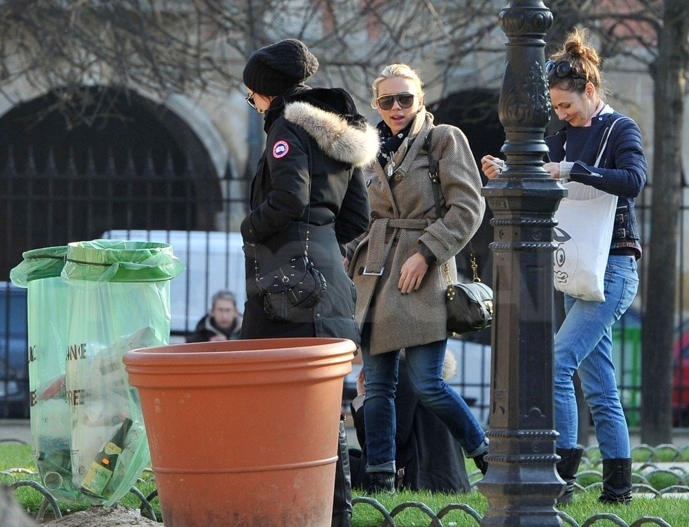 Scarlett Johansson spent a girls' day in Paris.