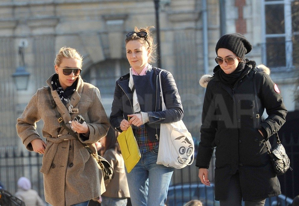 Scarlett Johansson and her two friends strolled the streets of Paris.