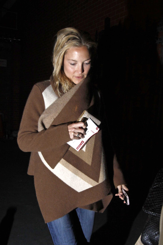 Kate Hudson held onto her iPhone and clutch.