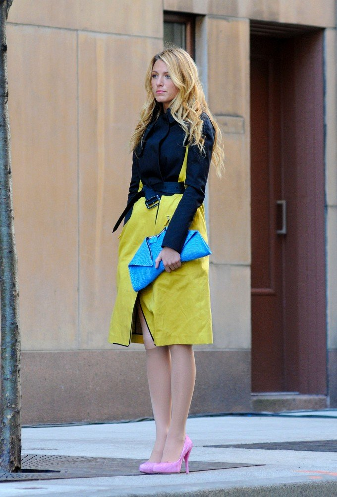 Blake Lively sported a bright turquoise clutch on the set of Gossip Girl in NYC.