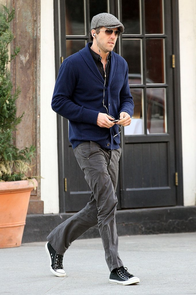 Ryan Reynolds listened to his headphones while he took a stroll in NYC.