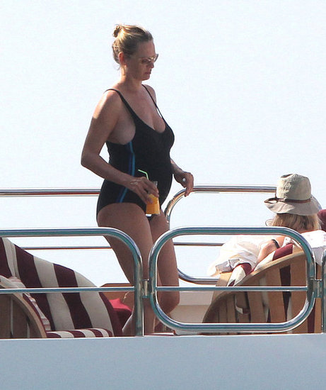 Pregnant Uma Thurman wore a swimsuit.