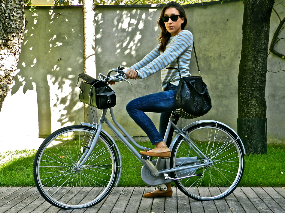 How cute is this bike-friendly outfit? When sneakers don't work with your outfit, flats are a slightly more elevated option for a weekend bike ride.  Photo courtesy of lookbook.nu