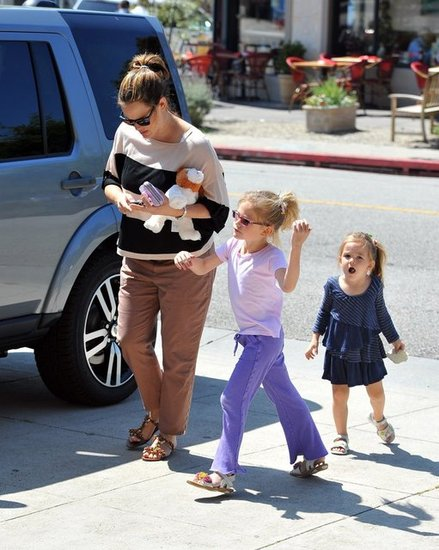 Jennifer Garner Gets Her Nails Done With Her Girls
