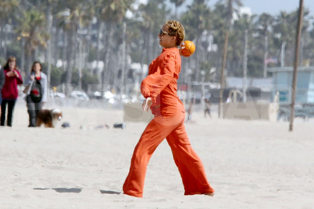 Nicole Richie tossed the ball to Sparrow while they played on the beach in Malibu.