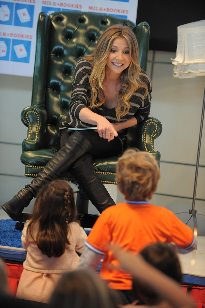 Sarah Chalke interacted with the kids at the Milk and Bookies event.