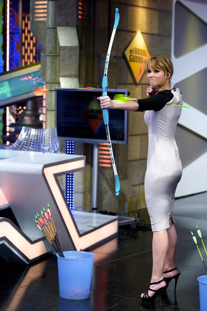 Jennifer Lawrence showed her bow and arrow skills on the set of the El Hormiguero show.
