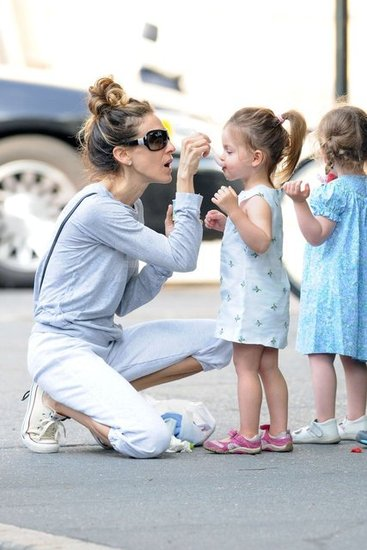 Sarah Jessica Parker fed her girls Loretta Broderick and Tabitha Broderick ice cream in NYC.