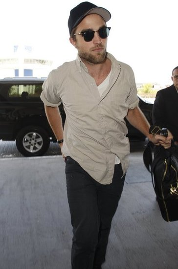 Robert Pattinson Takes Off From LAX Solo