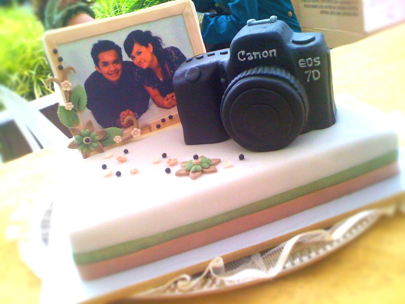 For the photography-obsessed, a camera-adorned cake offers a cute way to display a photo of the couple, too. Source: Flickr User kabilen sornum