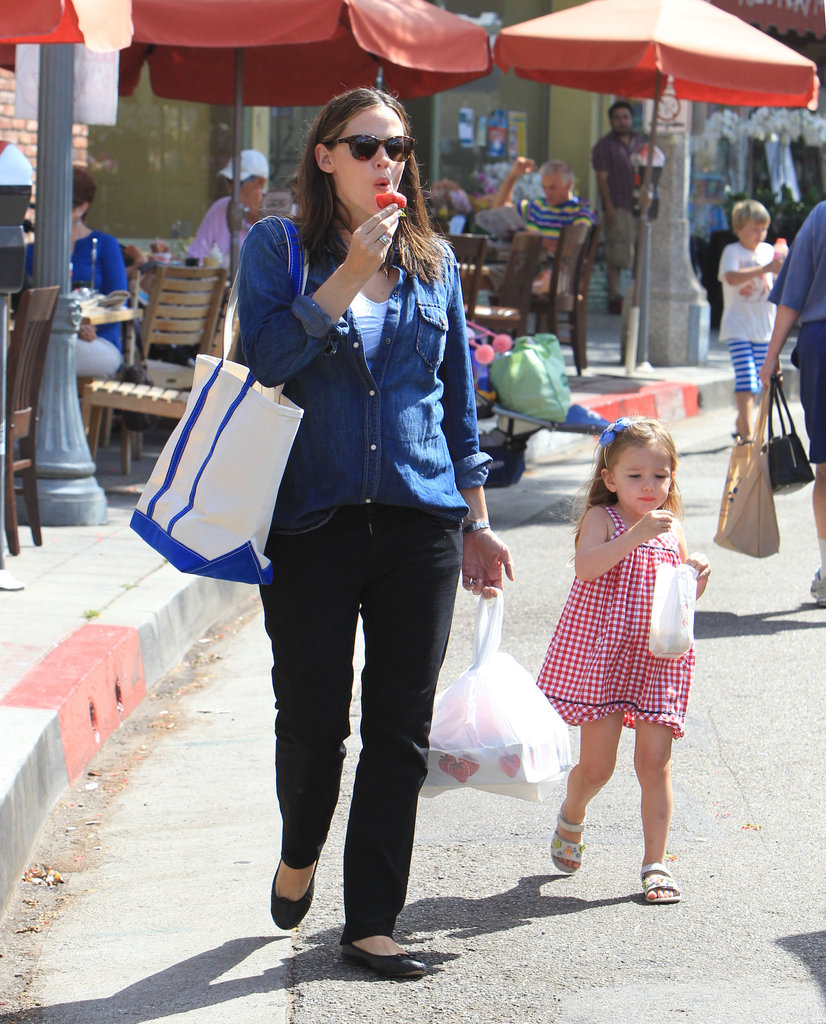Jennifer Garner and Seraphina Affleck snacked on fruit and popcorn.